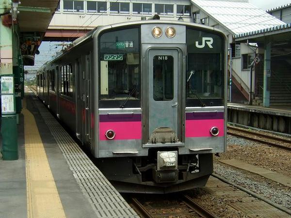 横手駅に入線するJR奥羽本線の普通列車