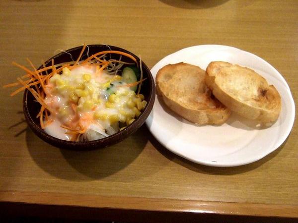 バイキングの料理(サラダ~ドレッシングかけ過ぎとバゲット)