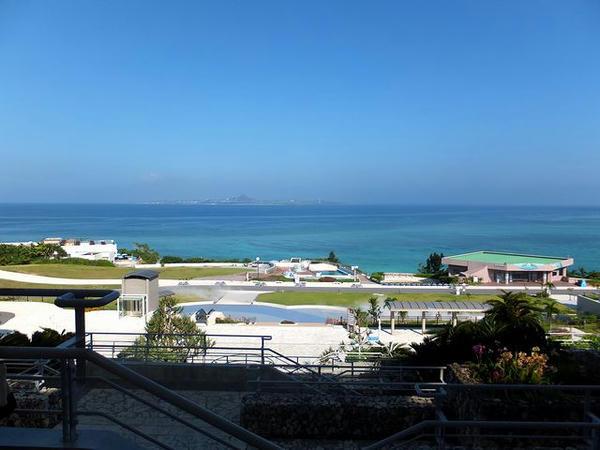 入口付近から見た伊江島