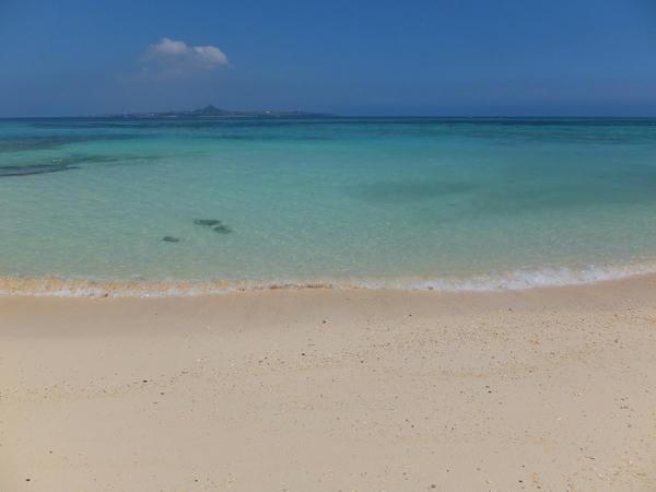 浜辺から見た伊江島