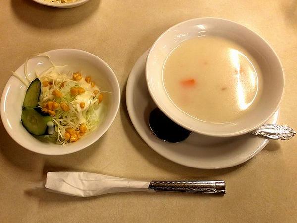 ニューヨークステーキL(250g) 1600円 のサラダとスープ