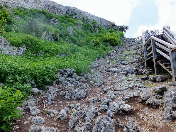 階段の途中から撮ったグスクのある小山の様子