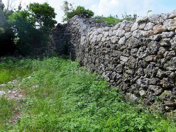 内側から見た主郭のまわりの石積