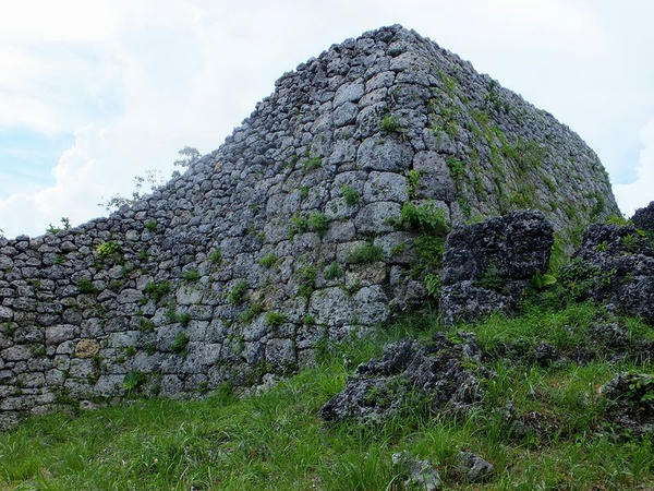 城壁の外側から見た北のアザナ