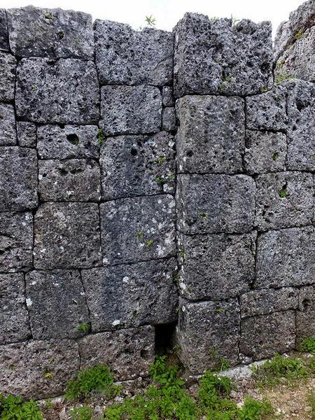 門跡の加工された石