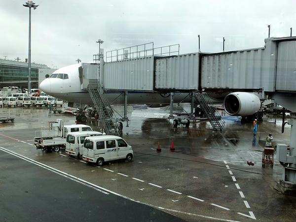 雨の羽田空港に到着