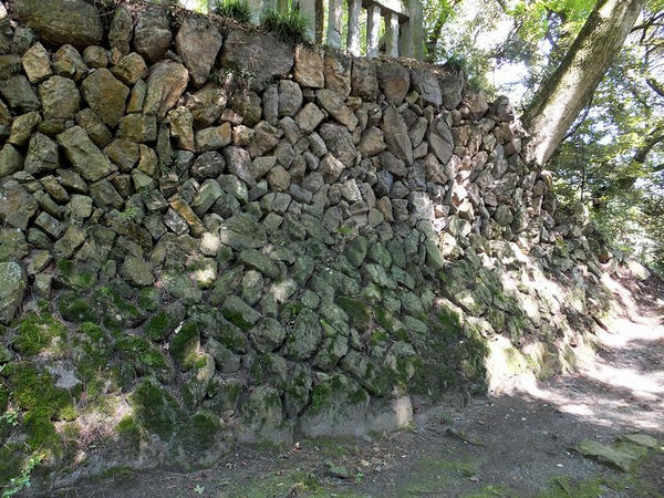 南局と本丸の間の石垣