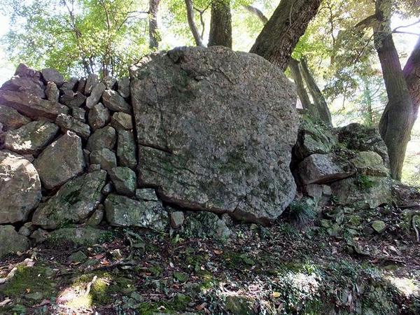二の丸からの出入口付近の巨石