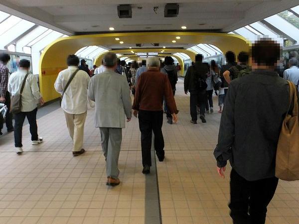 府中本町駅と続く専用歩道橋
