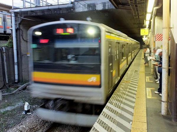 府中本町駅に入線する南武線普通列車