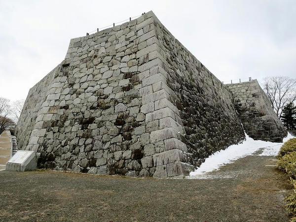 北東方向から見た本丸石垣