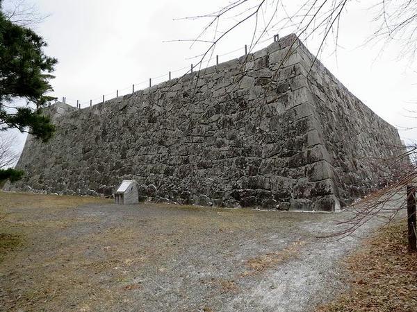 南方向から見た本丸石垣