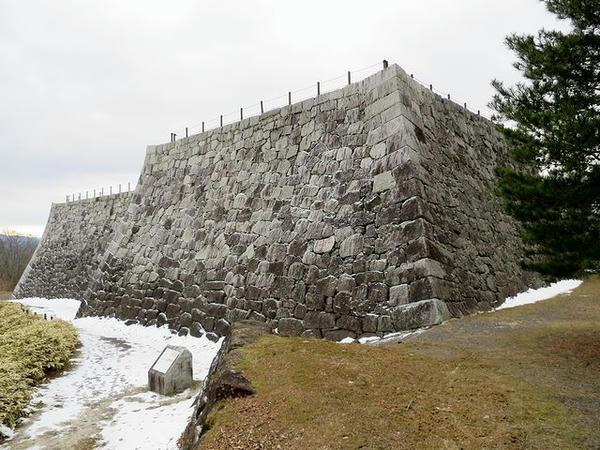 北西方向(天守台方向)から見た本丸石垣