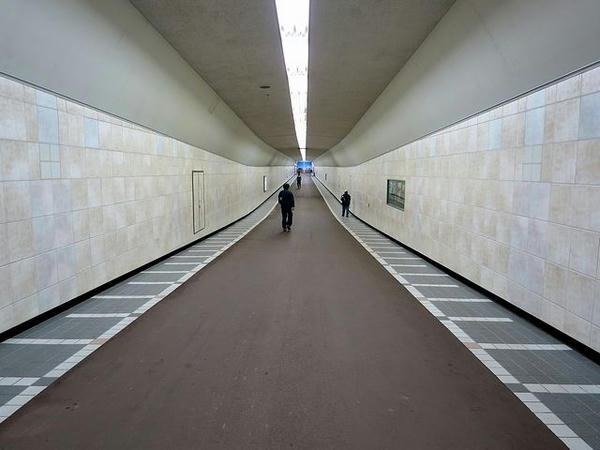 福島競馬場東口から続く地下通路