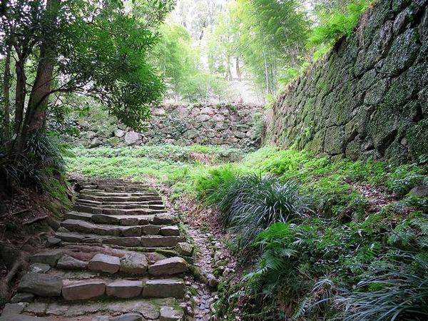 登城路とその脇の石垣