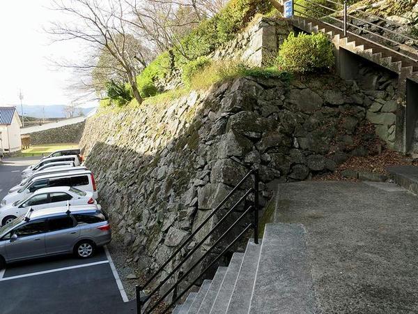 市民会館裏手の石垣
