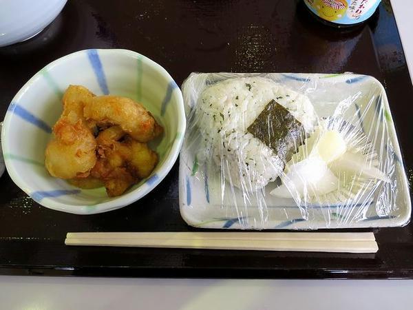 とり皮の天ぷら 124円 と しらすと大葉の藻塩おにぎり 124円