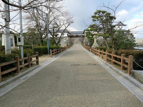 鉄御門へと続く土橋