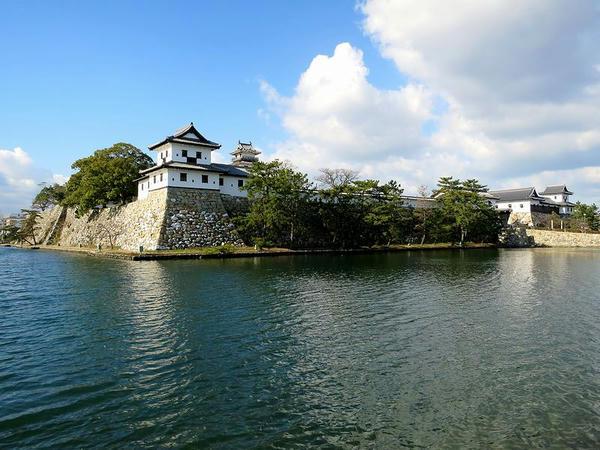 東方向から見た堀と今治城