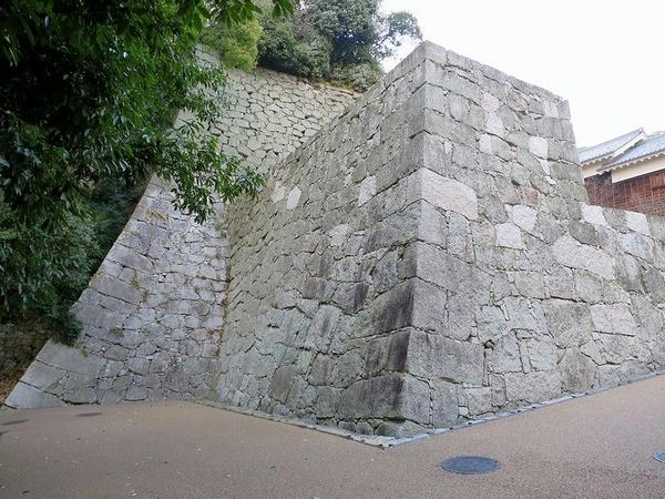 槻(けやき)門付近の立派な石垣