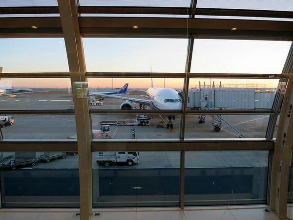 出発を待つANA583便