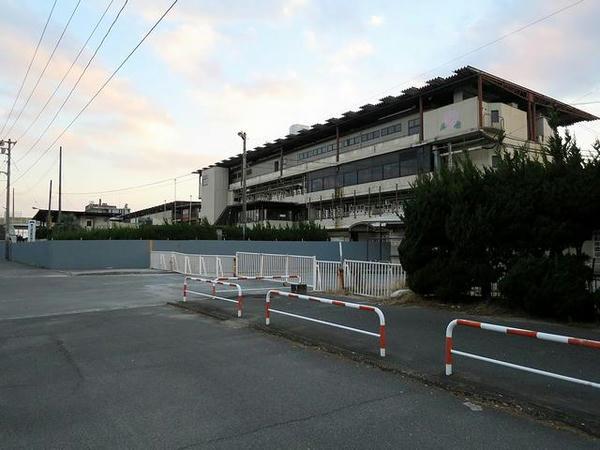 まだスタンドなどが残る福山競馬場跡