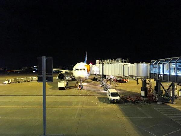 出発を待つANA598便