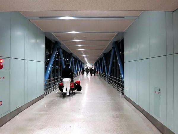 羽田空港駐車場への連絡通路