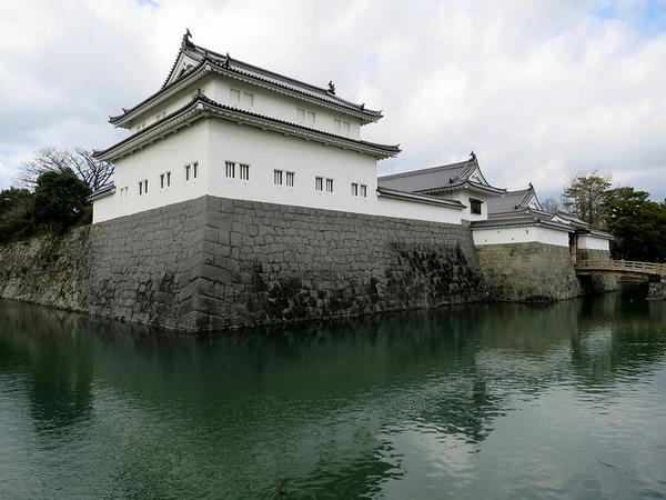 中堀と復元された巽櫓・東御門