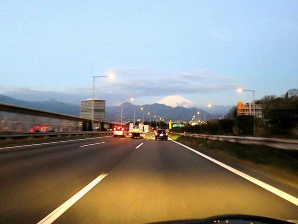 東名高速から見た富士山