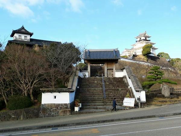 掛川城の太鼓櫓と四脚門と天守