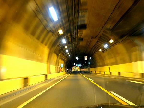 山手トンネル走行中