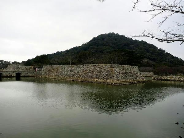 堀と石垣と指月山
