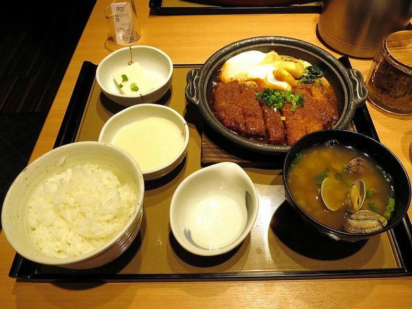 味噌かつ煮定食 760円 + 貝汁変更 130円 + とろろ 150円