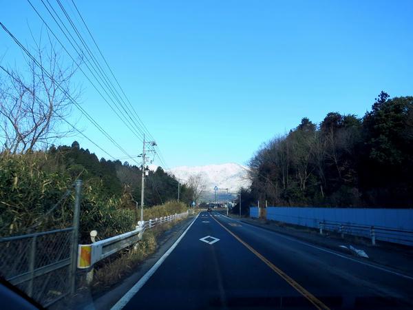 向かう先には雪を被った山