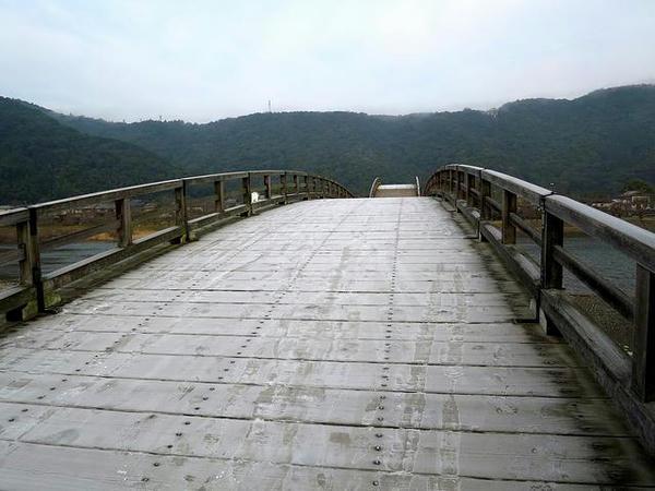 霜でツルツルの錦帯橋