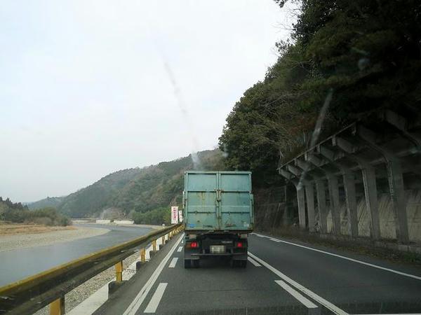 国道187号で錦川沿いを(あと黄色いガードレール)