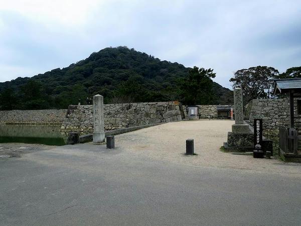 萩城入口付近と指月山
