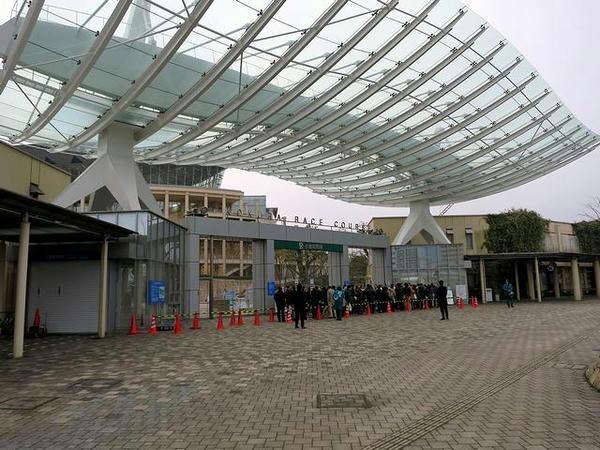 小倉競馬場正門と入場を待つ人達