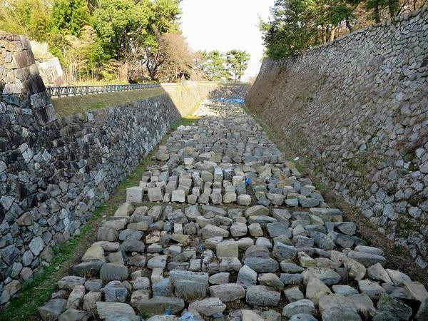 内堀に並べられた石垣