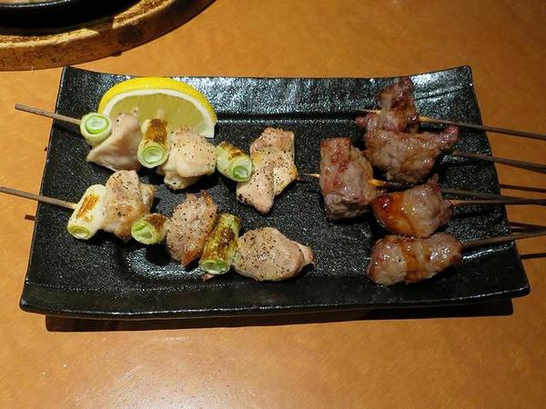 【左】鶏ねぎま串(塩) 1本180円(税別)、【右】熟成牛カルビ串(タレ) 480円(税別)