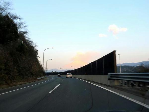 朝の東名高速と富士山