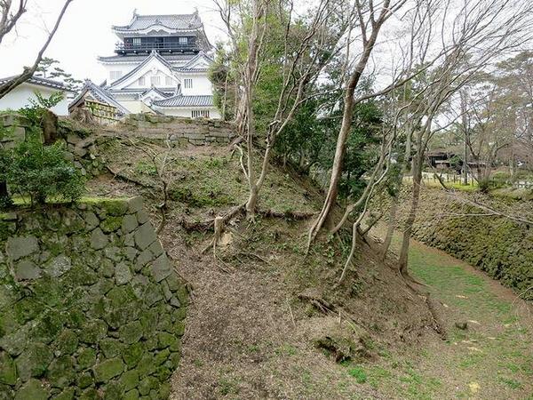 岡崎城の堀と復興天守