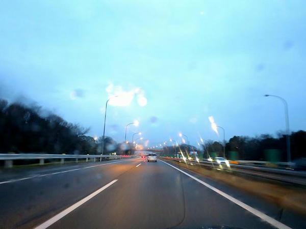 小雨降る東名高速