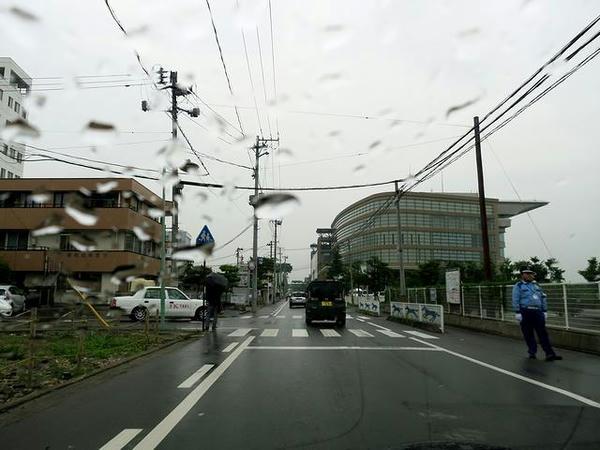 雨の福島競馬場付近