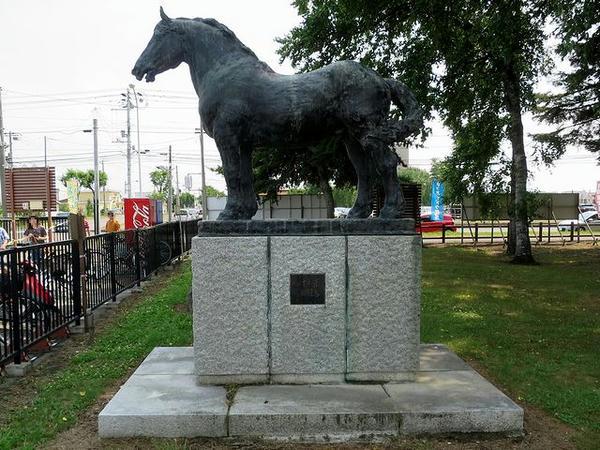 大種牡馬イレネーの像