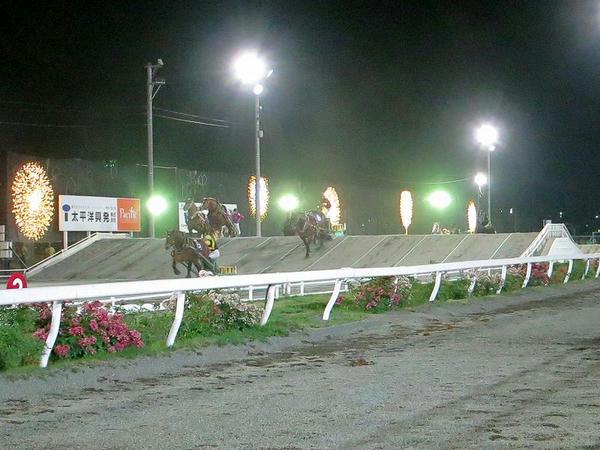 レース中のイルミネーションとナイトレースの様子(第11レース)