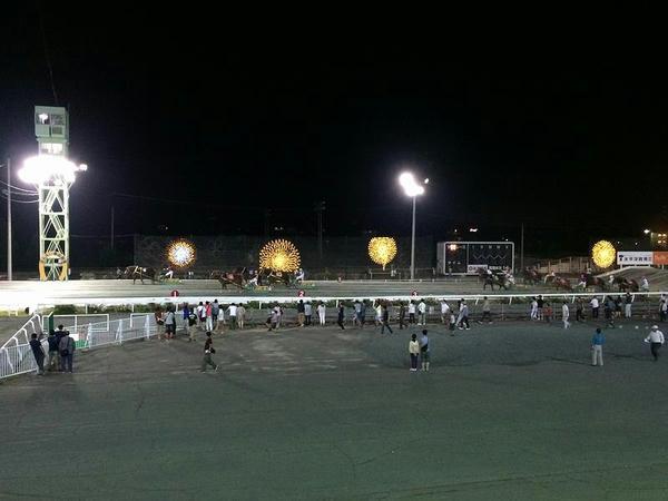 レース中のイルミネーションとナイトレースの様子(第12レース)