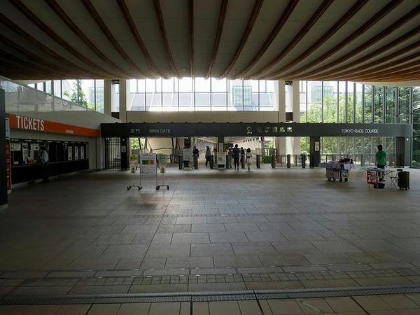 非開催土曜日の東京競馬場入り口