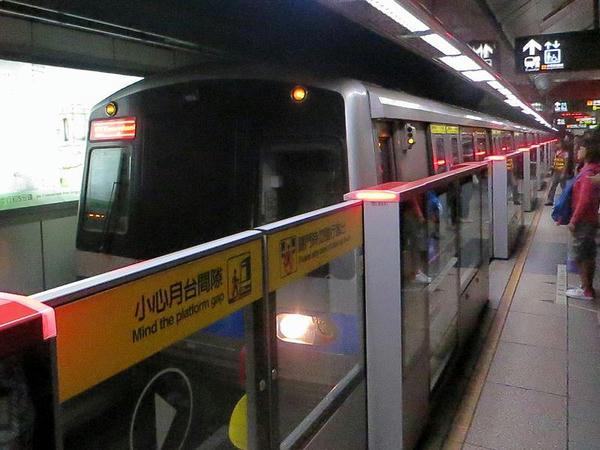 民權西路站に入線する象山方面行き列車